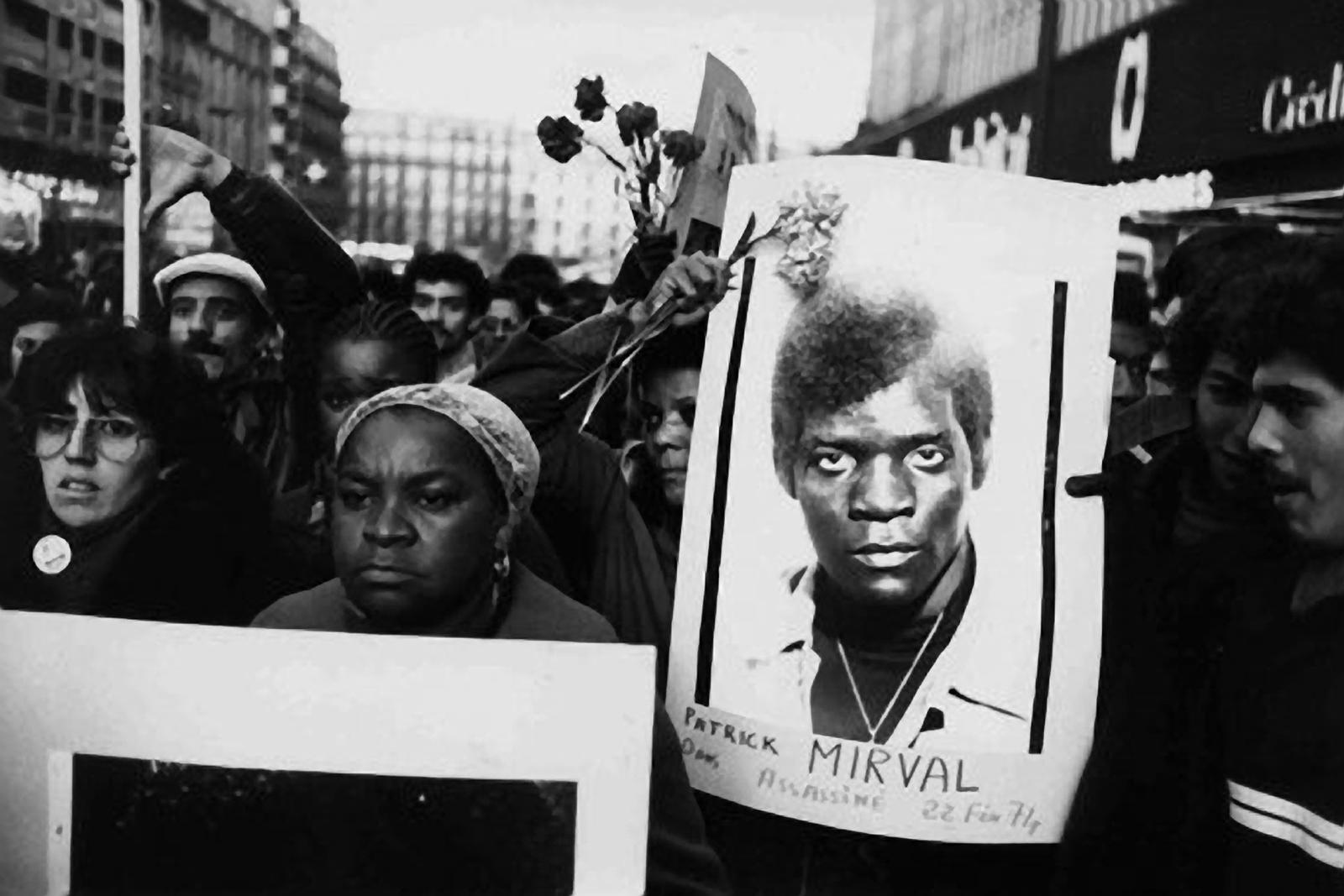 Mme Mirval portant le portrait de son fils dans une manifestation.