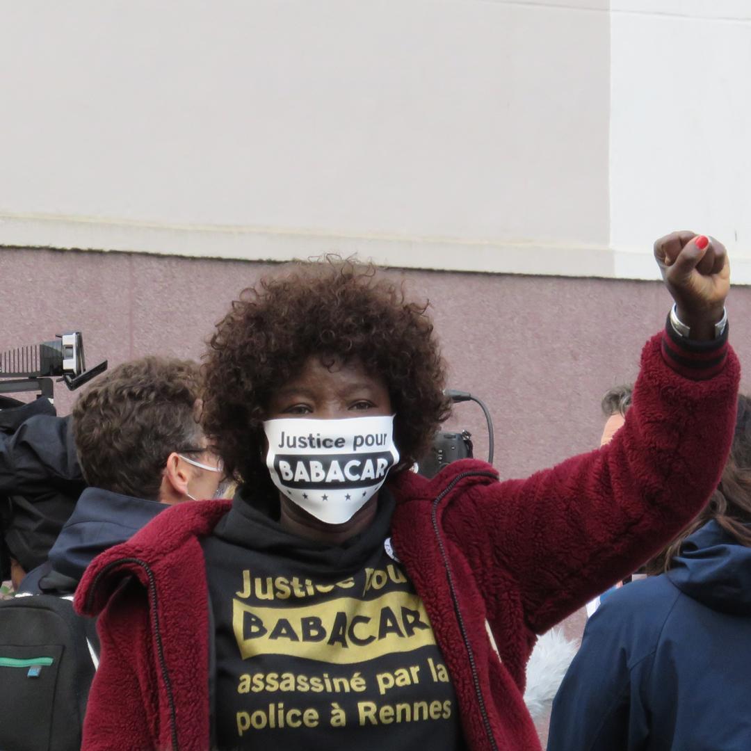 Awa Gueye, le 24 septembre 2020 à Rennes, avant le début de la reconstitution de la mort de Babacar Gueye (photo : Cases Rebelles)